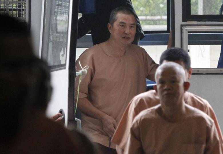 Somyot Prueksakasemsuk (top), editor of ''Voice of the Oppressed'', a magazine devoted to self-exiled former Prime Minister Thaksin Shinawatra, arrives at the criminal court in Bangkok January 23, 2013.  REUTERS/Chaiwat Subprasom