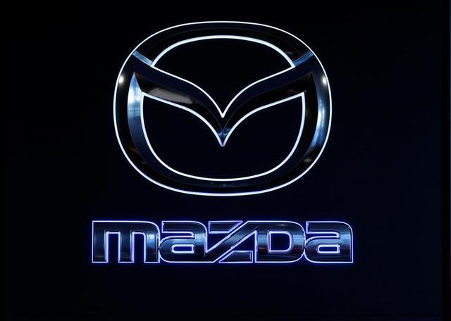 2月23日、マツダは、ディーゼルエンジンに不具合があったとして世界で「CX─5」「アクセラ」「アテンザ」の3車種合計約46万台をリコールすることを明らかにした。写真のロゴは都内販売店で16日撮影(2017年 ロイター/Toru Hanai)