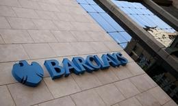 Barclays a annoncé jeudi une hausse inattendue de son ratio de solvabilité dur, la banque ayant tiré parti de la croissance de son bénéfice pour en mettre une partie en réserve dans l'anticipation de frais de justice et d'une détérioration des conditions de marché. /Photo d'archives/REUTERS/Siphiwe Sibeko