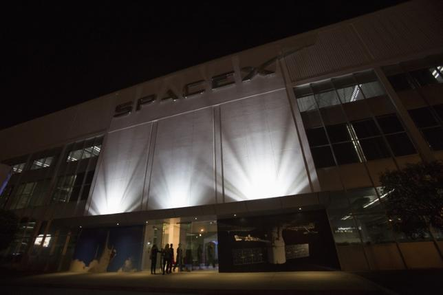 An exterior of the SpaceX headquarters in Hawthorne, California May 29, 2014. REUTERS/Mario Anzuoni/Files