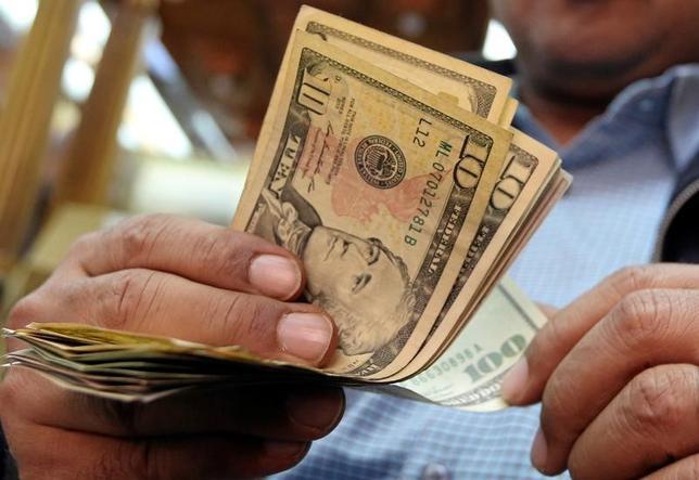 2月23日、終盤のニューヨーク外為市場では、ドルが続落。米トランプ政権の税制改革進展期待が後退したことや、米FOMC議事要旨が予想よりハト派的だった影響が尾を引き、ドル売りが優勢となった。カイロで昨年12月撮影(2017年 ロイター/Mohamed Abd El)