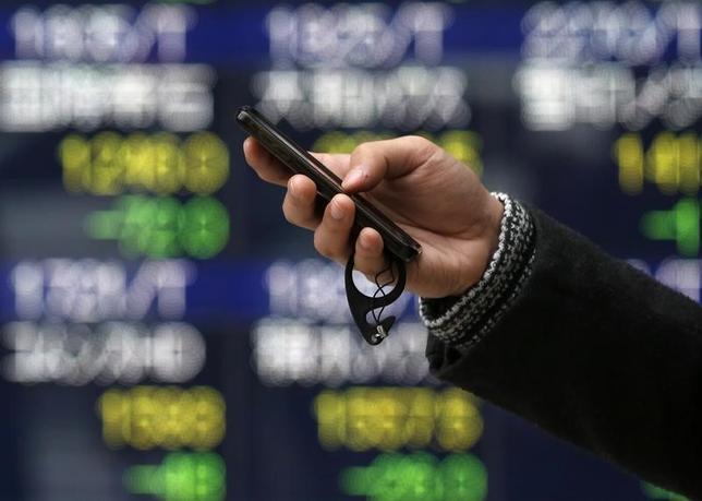 2月24日、東京株式市場で日経平均は、3日続落した。1ドル112円台までドル安/円高が進んだことで主力輸出関連株は軒並み軟調となった。写真は都内で2015年1月撮影(2017年 ロイター/Issei Kato)