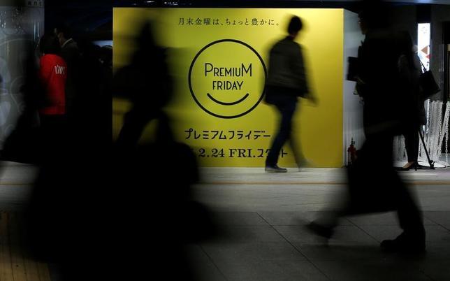 2月24日、「プレミアムフライデー」が同日から始まったが、関連株はややさえない動きとなっている。写真は都内で21日撮影(2017年 ロイター/Toru Hanai)