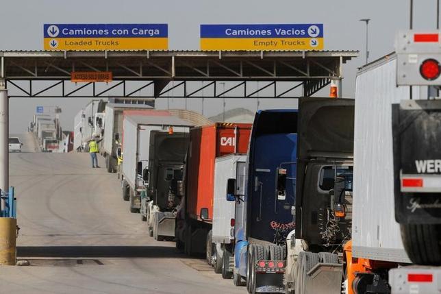 2月24日、国境調整税について、ニューヨーク連銀が米国の輸出入の双方を阻害する可能性があると懸念を示した。写真は米入国手続きのためメキシコ側国境で列をつくるトラック。2日撮影(2017年 ロイター/Jorge Duenes)