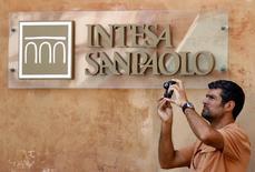 Intesa Sanpaolo, la première banque de détail d'Italie, a annoncé vendredi avoir renoncé à son projet de rapprochement avec Assicurazioni Generali, numéro un de l'assurance dans la péninsule, en expliquant qu'une fusion ne créerait pas de valeur pour ses actionnaires. /Photo d'archives/REUTERS/Alessandro Bianchi