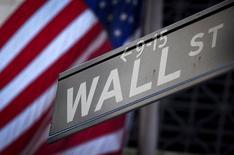 Un cartel de Wall Street fuera de la Bolsa de Nueva York. 28 de octubre 2013. La Bolsa de Nueva York cerró al alza el viernes, con el índice Dow Jones terminando la jornada en máximo récord por undécima sesión consecutiva. REUTERS/Carlo Allegri/File Photo