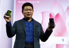 Huawei presentará una versión para el mercado masivo de su teléfono de gama alta, para tomar ventaja del vacío dejado por la retirada del Galaxy Note 7 de Samsung después de la crisis por un fallo que provocaba que sus baterías se incendiaran. En la image, Richard Yu, director del negocio de consumo de Huawei, sostiene nuevos teléfonos P10 durante la ceremonia de presentación del Mobile World Congress en Barcelona, España, el 26 de febrero de 2017. REUTERS/Paul Hanna