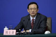 Imagen de archivo de Liu Shiyu, presidente de la Comisión Reguladora de Valores de China (CSRC, por su sigla en inglés), en una conferencia de prensa en Pekín, China. 12 de marzo, 2016. China se concentrará en el desarrollo estable de sus mercados de capitales este año, pero avanzará con una mayor apertura a las compañías extranjeras, dijo el domingo el máximo regulador de valores del país. REUTERS/Jason Lee