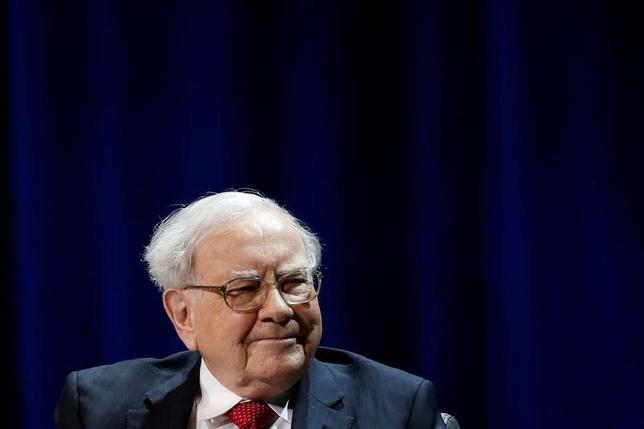 2月25日、米著名投資家ウォーレン・バフェット氏は、自身が率いる投資会社バークシャー・ハザウェイの株主宛て年次書簡で、一般投資家はインデックスファンドを購入すべきだと改めて主張し、手数料の高いアクティブ運用型投資信託に手を出さないよう促した。写真は1月、ニューヨーク州コロンビア大学でビル・ゲイツ氏との共同講演におけるバフェット氏(2017年 ロイター/Shannon Stapleton)