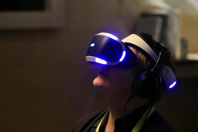 2月27日、ソニー・インタラクティブエンタテインメント(SIE)は、仮想現実(VR)の世界を家庭で楽しめるゴーグル型端末「プレイステーション(PS)VR」の世界販売台数が91万5000台に達したと発表した。写真は1月、コンシューマー向け家電見本市CES会場で、「プレイステーション(PS)VR」ゲームを楽しむ来場者(2017年 ロイター/Steve Marcus)