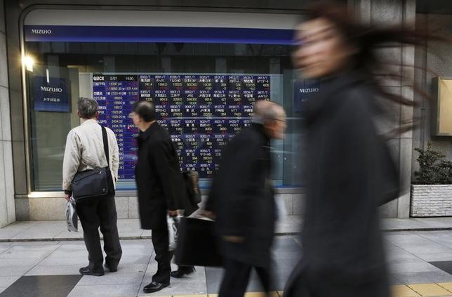 2月27日、前場の東京株式市場で、日経平均株価は前営業日比223円35銭安の1万9060円19銭となり4日続落した。写真は都内の証券会社の株価ボード前で2015年2月撮影(2017年 ロイター/Toru Hanai)