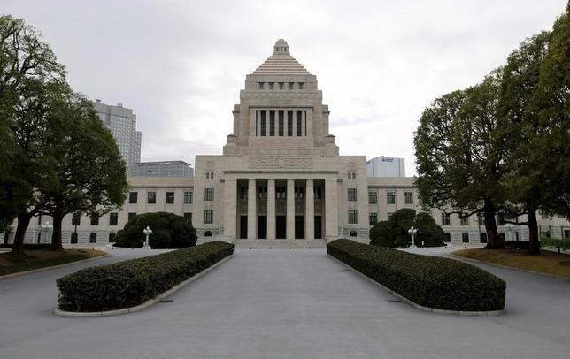 2月27日、衆院予算委員会は、一般会計総額97兆4547億円に上る2017年度予算案を与党の賛成多数で可決した。写真は国会議事堂。都内で昨年2月撮影(2017年 ロイター/Toru Hanai)
