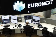 Euronext, à suivre lundi à la Bourse de Paris. L'opérateur boursier pourrait réagir à l'annonce de London Stock Exchange (LSE) qui a averti que son projet de fusion avec Deutsche Börse ne devrait pas être approuvé par la Commission européenne, ouvrant la voie à un possible échec du rapprochement entre les deux grands opérateurs européens. /Photo d'archives/REUTERS/Benoit Tessier
