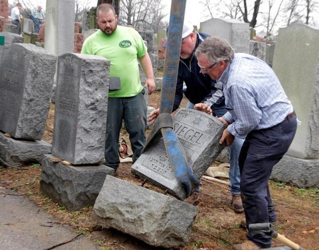 2月26日、米フィラデルフィアのユダヤ教徒の墓地で、約100の墓石が倒されているのが見つかった。警察が同日、明らかにした。写真は荒らされたミズーリ州の墓地の様子で21日撮影(2017年 ロイター/Tom Gannam)