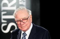 """En esta imagen de archivo, el inversor Warren Buffet en el estreno de la película """"Wall Street"""" en Nueva York, EEUU, el 20 de septiembre de 2010. El conglomerado Berkshire Hathaway Inc de Warren Buffett ha ganado más de 1.600 millones de dólares por su inversión en Apple Inc. gracias al mayor valor de las acciones del fabricante del iPhone.  REUTERS/Lucas Jackson/File Photo"""