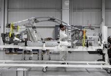 IMAGEN DE ARCHIVO.  El automóvil deportivo de lujo Acura NSX de Honda Motor Co se ve en la línea de montaje en el Centro de Fabricación de Rendimiento de la compañía en Marysville, Ohio, Estados Unidos. 11 de noviembre 2016.  Las nuevas órdenes de bienes de capital en Estados Unidos cayeron inesperadamente en enero después de tres meses consecutivos de fuertes ganancias, pero el dato hizo poco para cambiar las opiniones sobre una recuperación de la industria manufacturera tras una caída prolongada, en medio del aumento de los precios de las materias primas. REUTERS/Maki Shiraki/File Photo