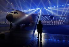 Airbus a annoncé lundi la nomination d'un nouveau responsable du programme de l'A400M, ainsi que d'un adjoint aux avions militaires, après avoir à nouveau appelé les pays clients de l'avion de transport militaire à l'aide la semaine dernière. /Photo d'archives/REUTERS/Marcelo del Pozo
