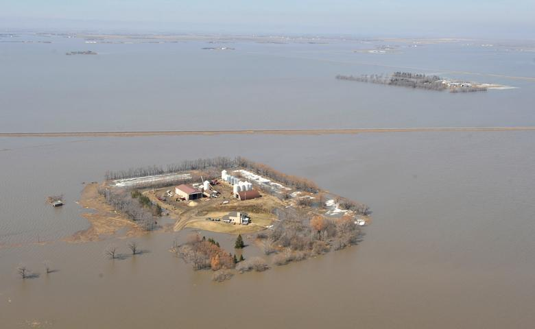 File Photo: Aerial view of farmyards surrounded by water during spring flooding of the Red River near Morris, Manitoba, April 14, 2009. REUTERS/Fred Greenslade/File Photo