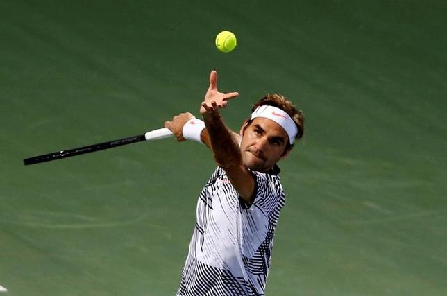 2月27日、男子テニスのドバイ選手権シングルス1回戦、第3シードのロジャー・フェデラー(写真)はブノワ・ペアに6─1、6─3で快勝した(2017年 ロイター/Ahmed Jadallah)