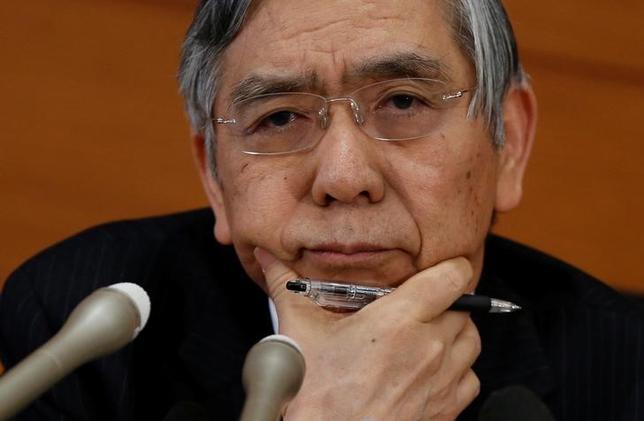 2月28日、日銀の黒田東彦総裁は参院予算委員会に出席し、これまで物価を押し下げてきたエネルギーの価格が今後は「押し上げに転じる」と指摘。日銀の強力な緩和姿勢とあいまって「中長期的な予想物価上昇率(期待インフレ率)を押し上げる」と述べた。写真は1月、日銀本部で行われた記者会見で撮影(2017年 ロイター/Toru Hanai)