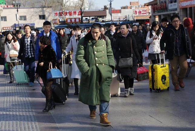 2月28日、中国国家統計局の李暁超副局長は、統計局のウェブサイト上で今年の中国経済について、海外の不透明感と国内の過剰生産能力が課題になるとの認識を示した。写真は北京で昨年2月撮影(2017年 ロイター/Kim Kyung-Hoon)