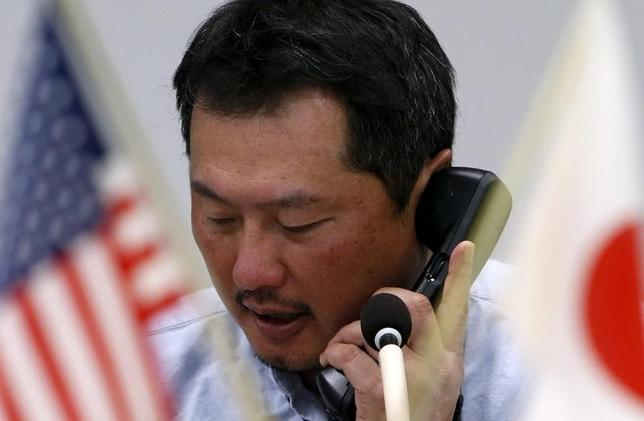 2月28日、午後3時のドル/円は、前日ニューヨーク市場午後5時時点に比べ、ややドル安/円高の112.48/50円だった。トランプ米大統領の議会演説を控えて積極的な売買は手控えられ、方向感を欠く動きとなった。写真は都内の為替ディーリングルームで、2014年12月撮影(2017年 ロイター/Yuya Shino)