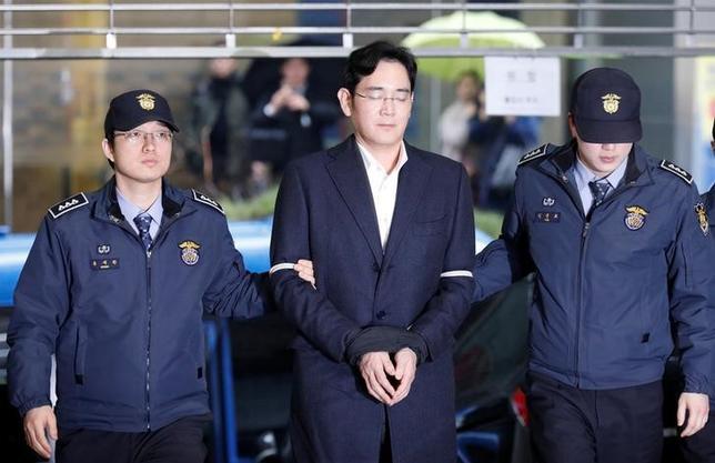 2月28日、韓国の朴槿恵大統領の親友、崔順実被告らをめぐる疑惑を調べている特別検察は、サムスングループの事実上のトップでサムスン電子副会長である李在鎔(イ・ジェヨン)容疑者や幹部4人を贈賄、着服などの容疑で起訴すると発表した。写真は特別検察庁に到着した李在鎔(イ・ジェヨン)容疑者。22日撮影(2017年 ロイター/Kim Hong-Ji)