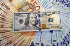 Банкноты американского доллара и евро. Сараево, 9 марта 2015 года. Доллар слегка снижается во вторник, так как инвесторы заняли выжидательную позицию в преддверии выступления президента США Дональда Трампа в Конгрессе. REUTERS/Dado Ruvic