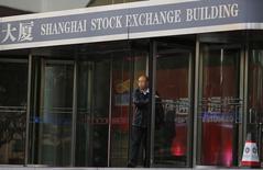 Здание фондовой биржи Шанхая. Китайские фондовые индексы повысились в ходе неактивных торгов вторника, на рынке сохраняется осторожность после нескольких месяцев подготовки основного индекса к пику конца ноября, ключевому уровню технического сопротивления.  REUTERS/Carlos Barria  (CHINA - Tags: BUSINESS)