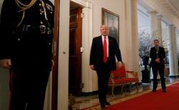 Trump asiste a la reunión de la Asociación Nacional de Gobernadores en la Casa Blanca en Washington, Estados Unidos. 27 de febrero 2017. El presidente de Estados Unidos, Donald Trump, dijo que cree que los 54.000 millones de dólares adicionales que propuso gastar en el aparato militar del país serán compensados por una economía más fuerte, así como por recortes en otras áreas. REUTERS/Kevin Lamarque