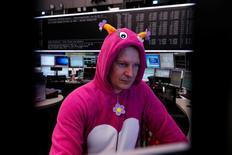 Un trader en costume de carnaval pour Mardi Gras à la Bourse de Francfort. Les Bourses européennes sont pratiquement stables à la mi-journée et Wall Street est attendue sans grand changement. Le CAC 40 à Paris avance de 0,07% alors que le Dax à Francfort cède 0,13% et qu'à Londres, le FTSE gagne 0,03%. /Photo prise le 28 février 2017/REUTERS/Ralph Orlowski