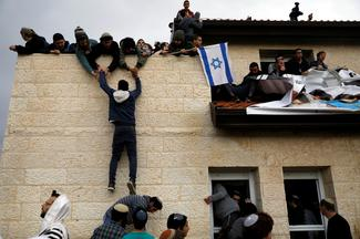 Israel removes settlers from Palestinian land