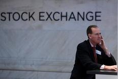 Трейдер на бирже Нью-Йорка. Глобальные инвесторы сократили вложения в акции в феврале, а многие из них считают, что рынки начали недооценивать риски, которые несут предстоящие выборы в Европе, на фоне недавнего стремительного ралли.   REUTERS/Andrew Kelly