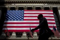 La Bourse de New York a débuté en léger repli mardi à quelques heures du discours de Donald Trump, au cours duquel il pourrait détailler le contenu et le calendrier de son programme économique. Quelques minutes après le début des échanges, l'indice Dow Jones perd 28 points, soit 0,13%, à 20.809,44. /Photo d'archives/REUTERS/Brendan McDermid