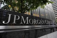 Una vista del exterior de la sede principal de JP Morgan Chase & Co. en Nueva York, Estados Unidos. 20 de mayo 2015.  JPMorgan Chase & Co, el mayor prestamista de Estados Unidos, planea gastar más este año para hacer crecer su negocio de tarjetas de crédito y mantenerse competitivo en una industria cada vez más centrada en la tecnología. REUTERS/Mike Segar/Files