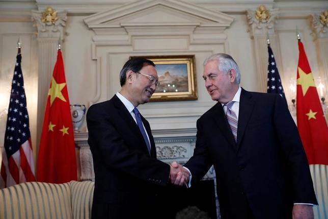 2月28日、ティラーソン米国務長官(写真右)は、中国の外交を統括する楊潔チ国務委員(同左)とワシントンで会談し、米中の「互恵的経済関係」の改善と維持をめぐり意見を交換した(2017年 ロイター/Aaron P. Bernstein)