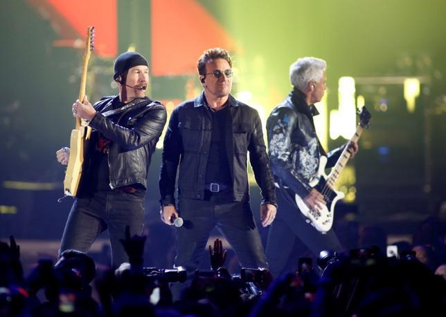 2月28日、アイルランド出身の人気ロックバンド「U2」が27日、1991年の大ヒットアルバム「アクトン・ベイビー」に収録された「ザ・フライ」は盗作だとして米マンハッタンの裁判所に訴えられた。写真は昨年9月撮影(2017年 ロイター/Steve Marcus)