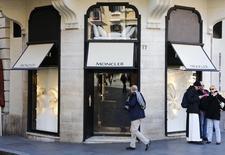Moncler à suivre à la Bourse de Milan mercredi. La compagnie a publié mardi soir un chiffre d'affaires annuel en hausse de 18%, grâce à la croissance des ventes en Chine, en Corée du Sud et aux Etats-Unis, et un excédent brut d'exploitation (Ebitda) ajusté de 355,1 millions d'euros. Le PDG s'est déclaré convaincu de la poursuite de la croissance en 2017. /Photo prise le 10 février 2016/REUTERS/Tony Gentile