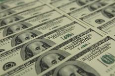 En la imagen billetes de 100 dólares en el banco OTP en Budapest. 23 de noviembre 2011.El dólar tocó su nivel más alto en siete semanas el miércoles debido a que señales de que las tasas de interés podrían subir este mes por parte de dos influyentes integrantes de la Reserva Federal opacaron el primer gran discurso del presidente Donald Trump sobre sus políticas ante el Congreso.  REUTERS/Laszlo Balogh