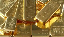 Imagen de archivo de unos lingotes de oro en Zúrich, nov 20, 2014. El oro caía el miércoles ante el avance del dólar, impulsado por declaraciones de miembros de la Reserva Federal que apoyaron expectativas de una subida de sus tasas de interés en marzo, y que opacaron el primer gran discurso del presidente Donald Trump ante el Congreso. REUTERS/Arnd Wiegmann