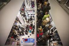 Clientes en una tienda por departamentos de Macy's en Nueva York. 27 de noviembre de 2014. El gasto del consumidor en Estados Unidos subió menos de lo previsto en enero debido a que la mayor aceleración de la inflación mensual en cuatro años redujo el poder adquisitivo de los hogares, lo que apunta a un crecimiento económico moderado en el primer trimestre. REUTERS/Andrew Kelly
