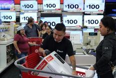 Les dépenses de consommation des ménages américains ont augmenté moins que prévu en janvier, mois où l'inflation a atteint son plus haut niveau depuis quatre ans, montrent les statistiques officielles publiées mercredi, ce qui suggère une croissance de l'économie modérée au premier trimestre. /Photo d'archives/REUTERS/David McNew