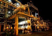 НПЗ венгерской группы MOL в Сазхаломбатте, Венгрия. Цены на нефть выросли на торгах в среду благодаря соблюдению ОПЕК пакта о сокращении добычи, но дальнейший рост сдержало увеличение производства сырья в США. REUTERS/Laszlo Balogh/File Photo