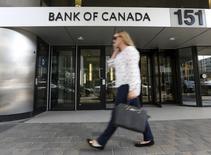 """Здание Банка Канады в Оттаве. Банк Канады в среду оставил ключевую ставку на прежнем уровне, поскольку как и раньше сосредоточен на """"значительной неопределенности"""", с которой столкнулась экономика, хотя и признал, что рост в четвертом квартале мог оказаться сильнее, чем ожидается. REUTERS/Chris Wattie"""