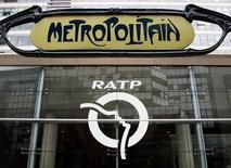 La RATP, qui exploite une partie des transports en commun de Paris et de sa banlieue, a annoncé mercredi le recrutement de 3.100 personnes en 2017 pour participer notamment aux projets de modernisation et de prolongement de certaines lignes. /Photo d'archives/REUTERS/Yves Herman