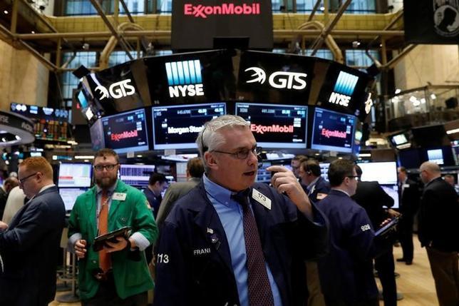 3月1日、米国株式市場は反発して取引を終えた。ダウ工業株30種の終値は初の2万1000ドル超えとなり、史上最高値を更新した。ニューヨーク証券取引所で撮影(2017年 ロイター/Brendan McDermid)