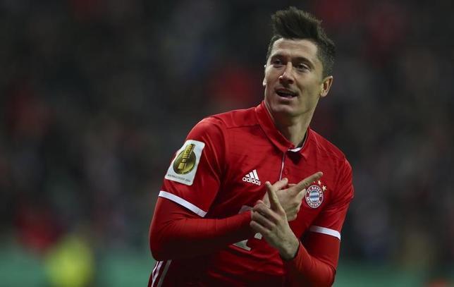 3月1日、サッカーのドイツ・カップ準々決勝、バイエルンはロベルト・レバンドフスキ(写真)の2得点などでシャルケに3─0と快勝し、準決勝に駒を進めた(2017年 ロイター/Michael Dalder)