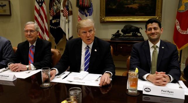 3月1日、トランプ米政権が検討している入国制限に関する新たな大統領令では、イラクが入国禁止の対象から外される公算が大きい。関係筋が明らかにした。写真左よりミッチ・マコーネル上院議員、トランプ米大統領、ポール・ライアン下院議長。ワシントン・ホワイトハウスで撮影(2017年 ロイター/Kevin Lamarque)