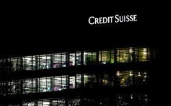 Credit Suisse, à suivre en Europe.  La banque a annoncé jeudi qu'il allait transférer ses activités de gestion d'actifs en Suisse dans une nouvelle entité, qui opérera sous sa propre licence à la fin du mois de mars. /Photo prise le 18 janvier 2017/REUTERS/Arnd Wiegmann