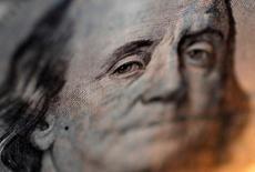 El retrato de Benjamin Franklin en un billete de 100 dólares en una casa de cambios en Tokio, sep 9, 2010. El dólar alcanzó el jueves máximos de siete semanas contra una canasta de divisas, luego que las declaraciones de varios miembros del la Reserva Federal en la víspera alentaran a los inversores a esperar un alza de las tasas de interés este mes.  REUTERS/Yuriko Nakao/File Photo